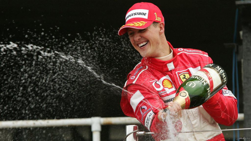 Лидер Ferrari Михаэль Шумахер празднует очередную победу в Гран-при