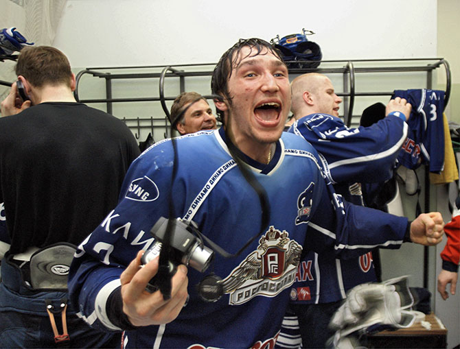 Молодой Александр Овечкин празднует чемпионство «Динамо» (2005)
