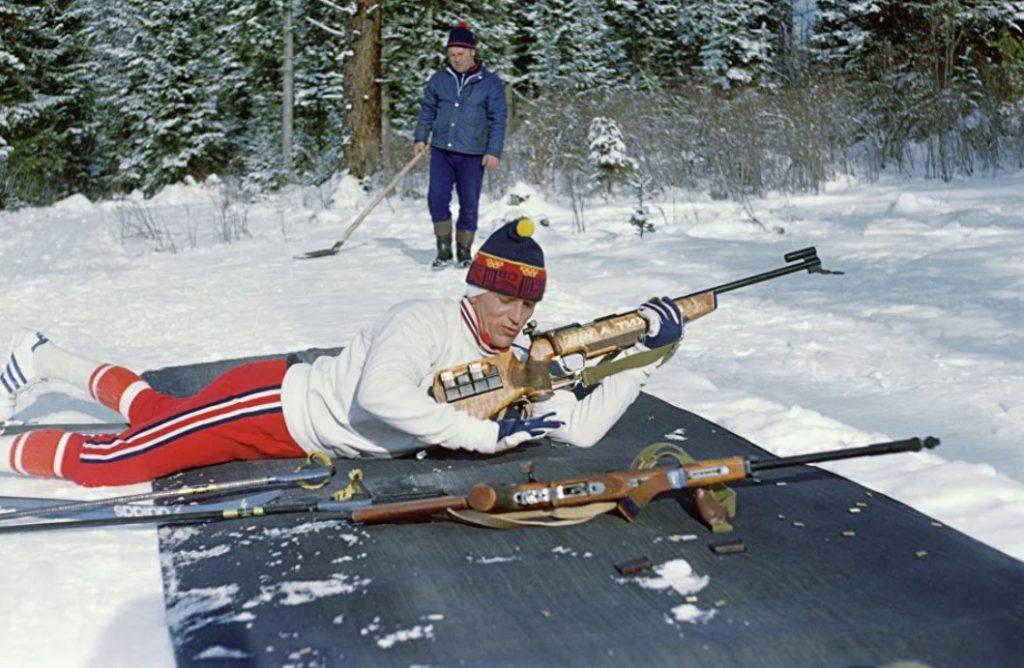 Александр Тихонов отрабатывает стрельбу на тренировке