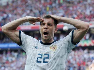 Футболист сборной России Артем Дзюба отдает честь после забитого гола на чемпионате мира-2018