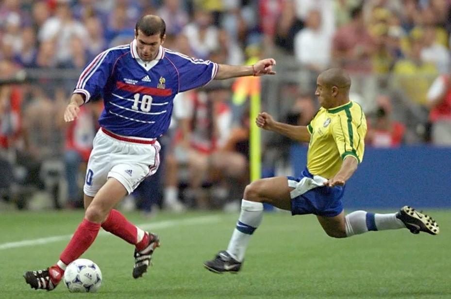 Лидер сборной Франции Зинедин Зидан в финальном матче чемпионата мира-1998