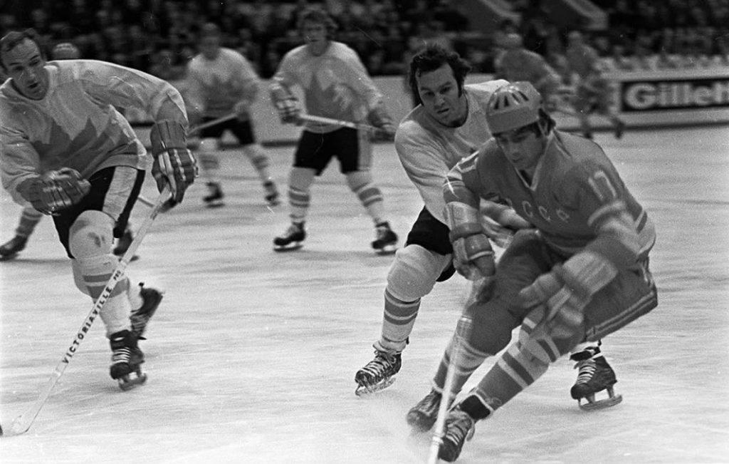 Нападающий сборной СССР Валерий Харламов против канадцев (Суперсерия-1972)