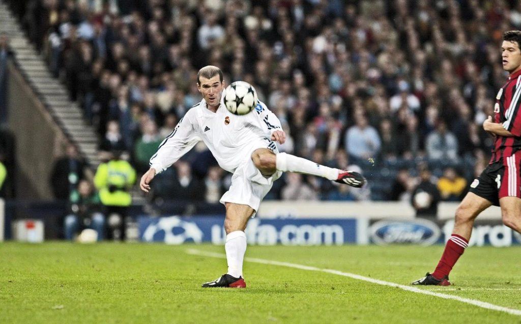 Полузащитник «Реала» Зинедин Зидан забивает победный гол в финале Лиги чемпионов-2002