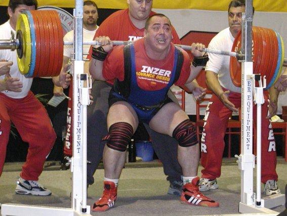 Андрей Маланичев приседает с весом 400 кг на чемпионате мира IPF 2002 года