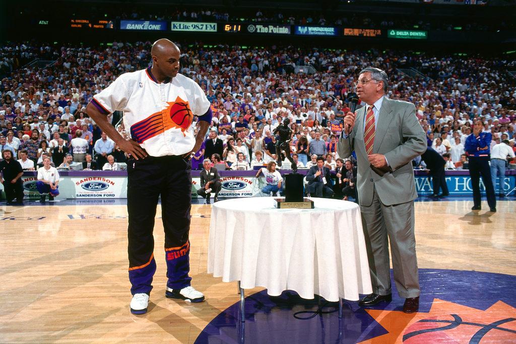 Чарльз Баркли получает награду MVP регулярного чемпионата НБА 1993 года