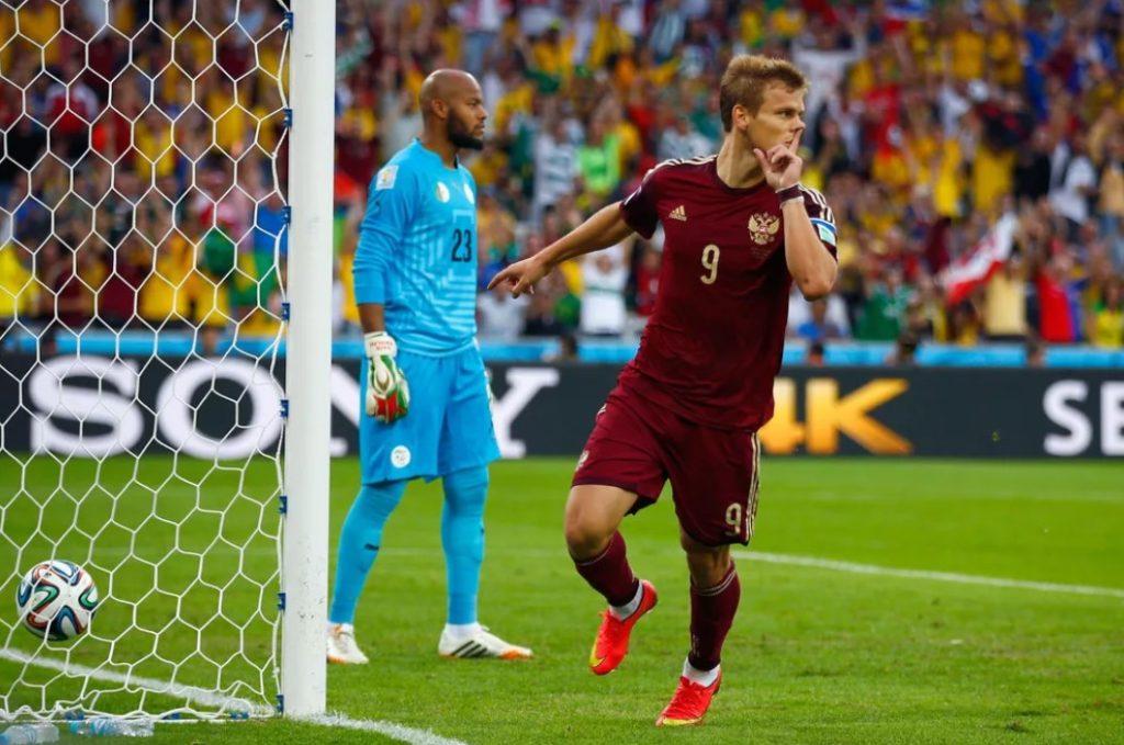 Нападающий сборной России Александр Кокорин после забитого гола в матче со сборной Алжира на чемпионате мира-2014