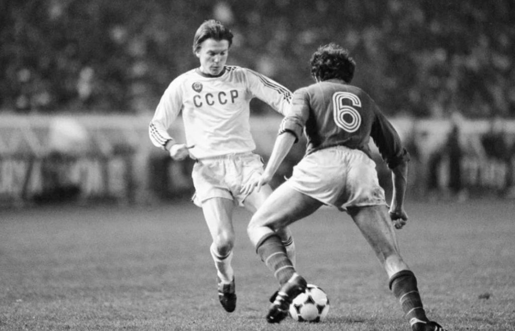 Дриблинг в исполнении нападающего сборной СССР Олега Блохина